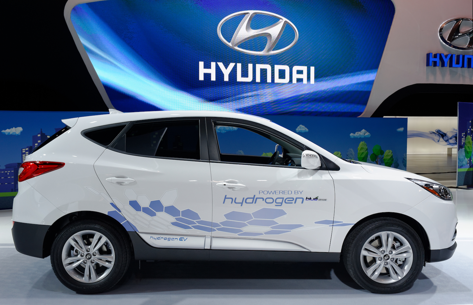Hydrogen fuel cell cars could be a technology hero that helps replace fossil fuel vehicles, but not if drivers can't find fueling stations.