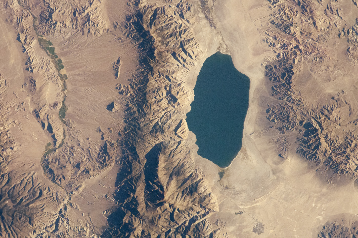 Today's Image of the Day comes thanks to the NASA Earth Observatory and features a look at the beautiful Walker Lake in Nevada.
