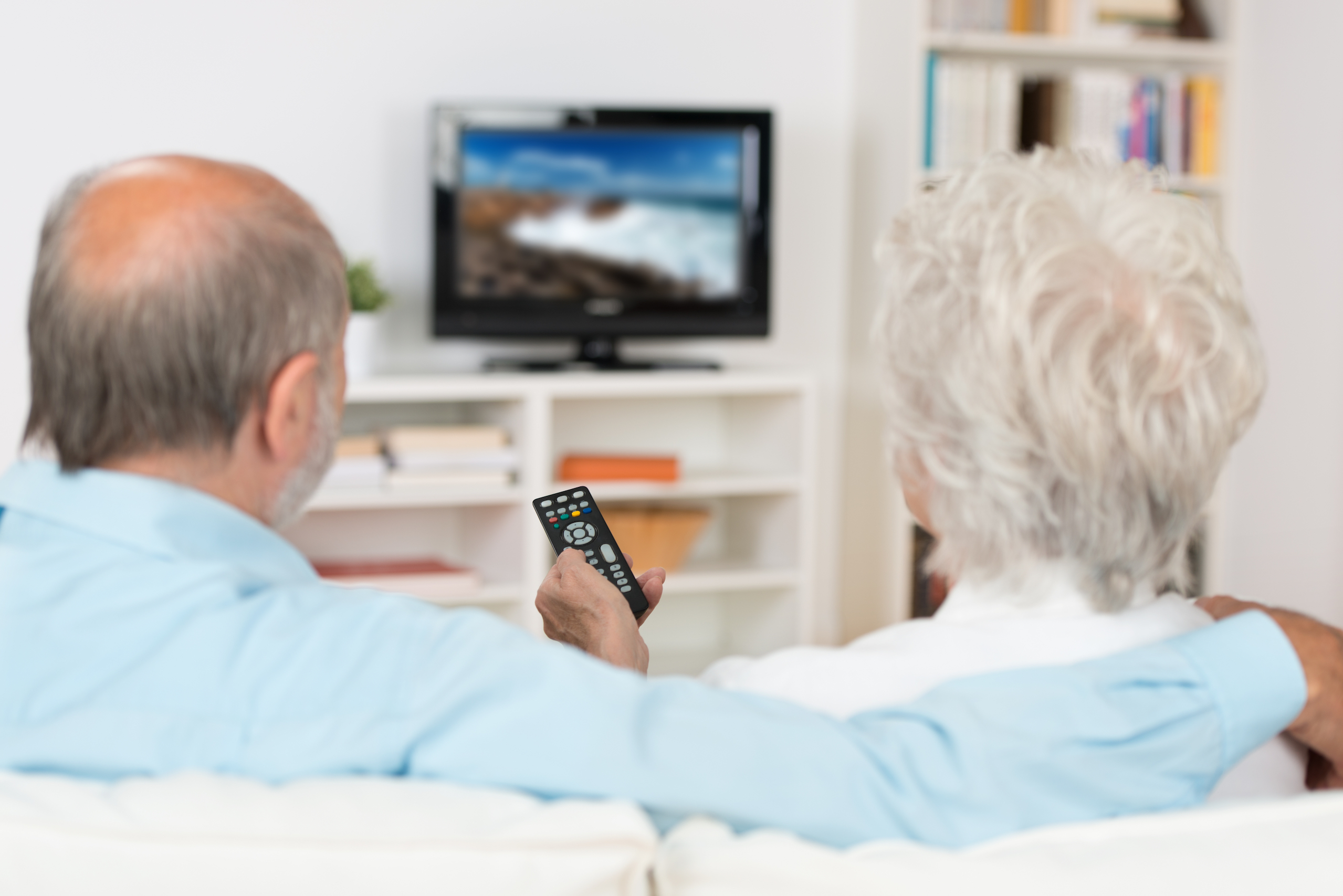 Anew study has found that older people who watch more than five hours of TV per day may risk of losing their ability to walk years later.