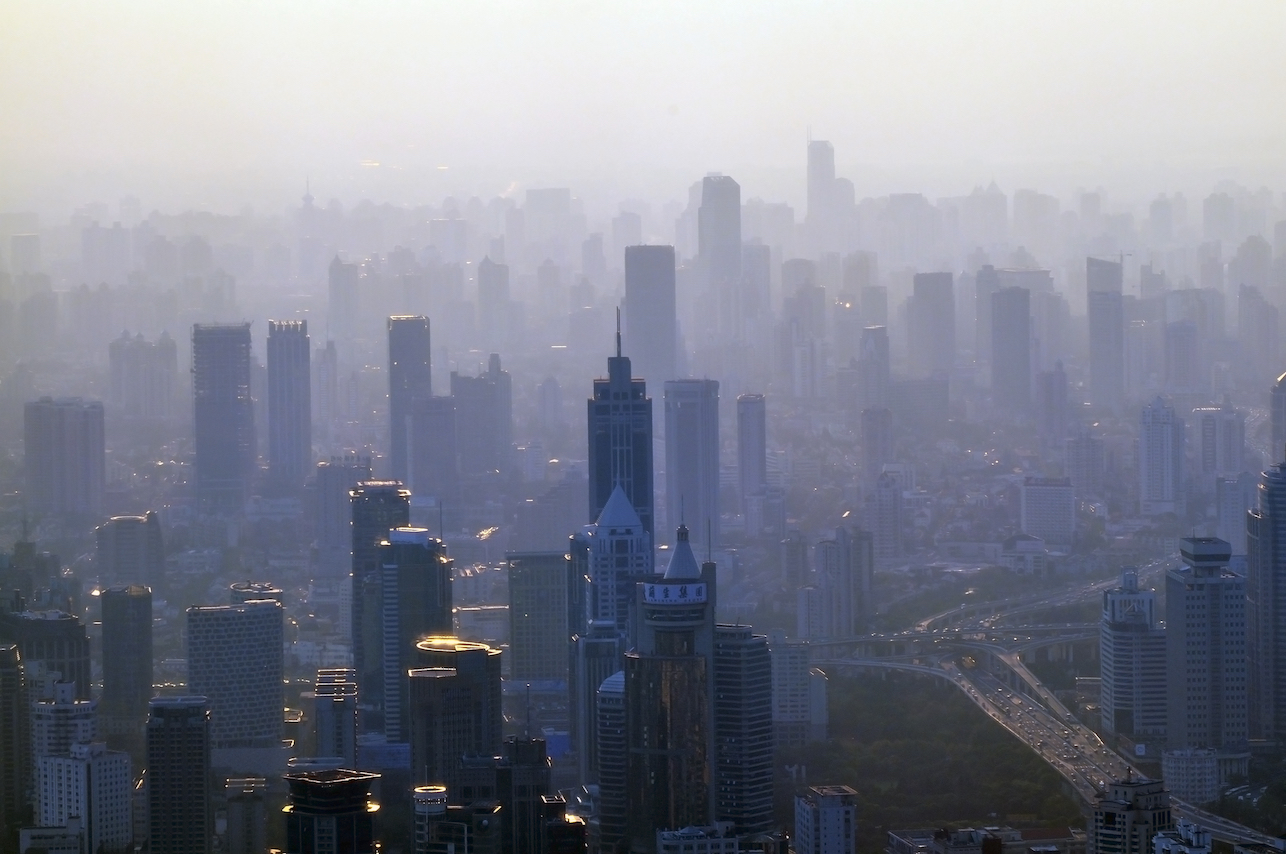 Even short-term exposure to air pollution levels below current quality standards increases the risk of death in older adults.