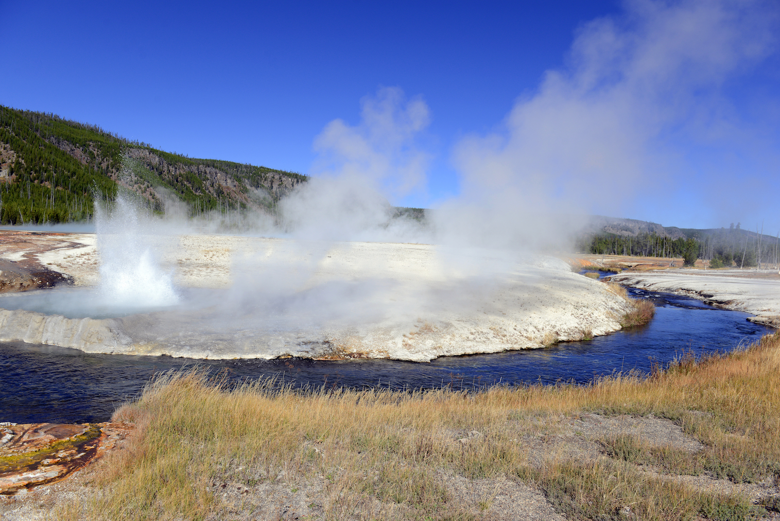 A study led by researchers at the University of Illinois has found that there are clear geological signs that provide ample warning before a supervolcano eruption.