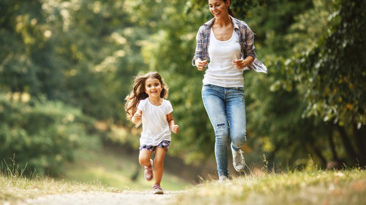 A new study has revealed that children who live close to green spaces have fewer respiratory problems such as asthma in adulthood.