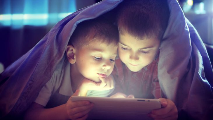 Researchers have found that limiting children's recreational screen time to less than two hours a day can lead to improved brain cognition.