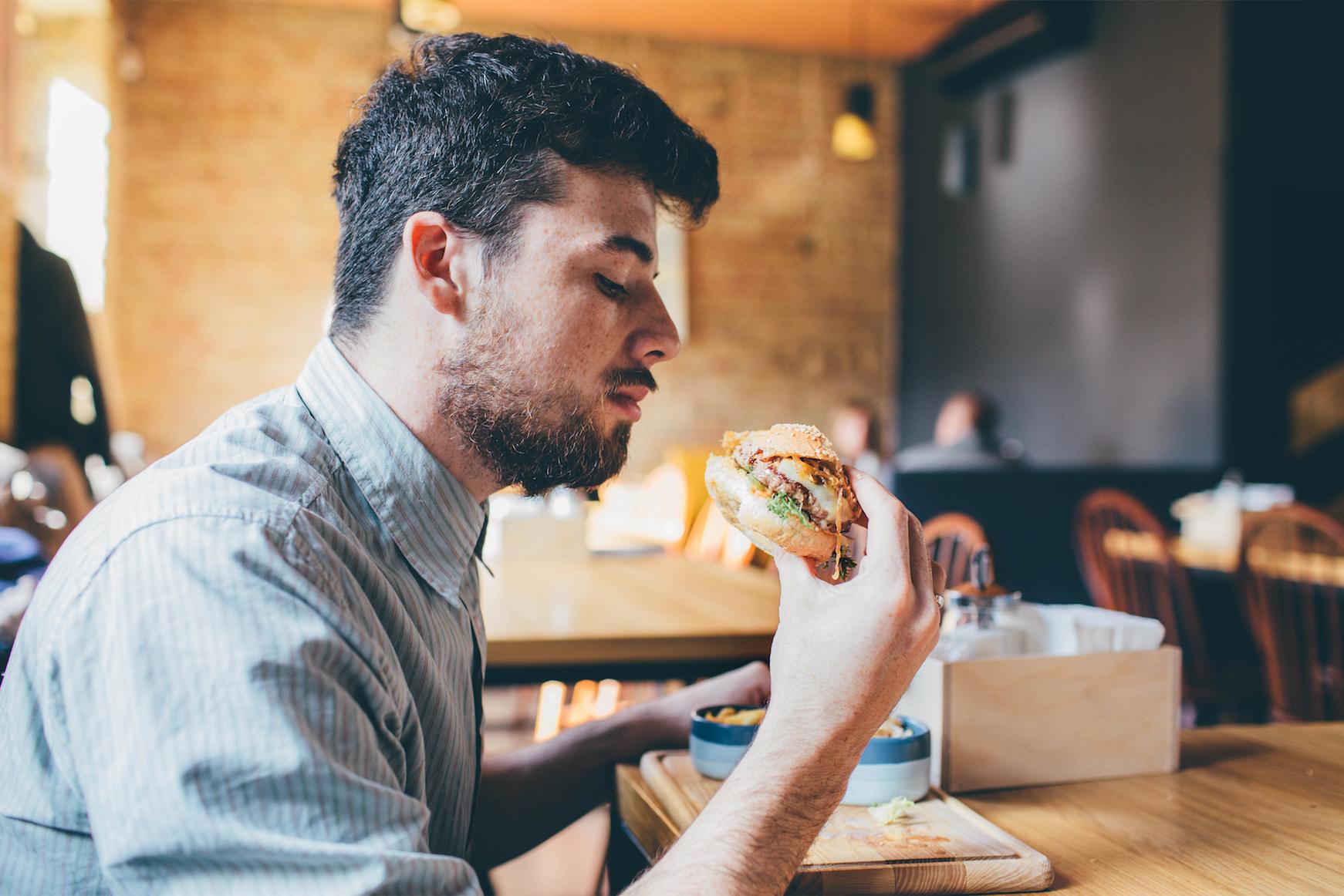 учесть фото мужчина обедает можно