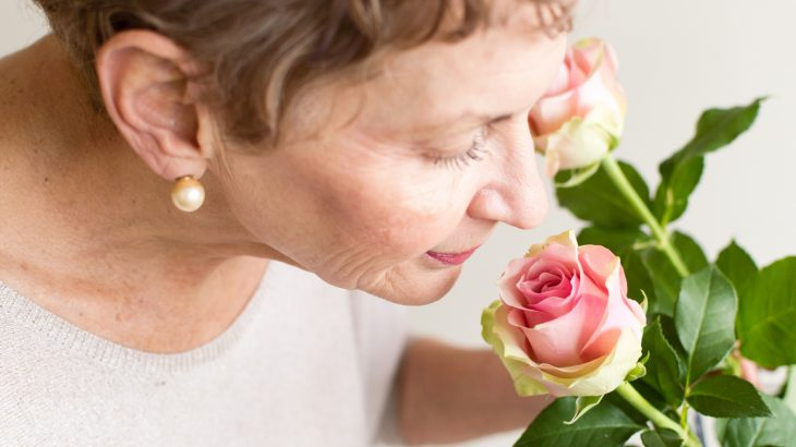 A new study has found that older adults who have a poor sense of smell have a nearly 50 percent increased risk of dying within ten years.