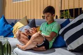 The researchers found that children who engage in excessive screen time around age 10 have a higher risk of developing a binge-eating disorder one year later.