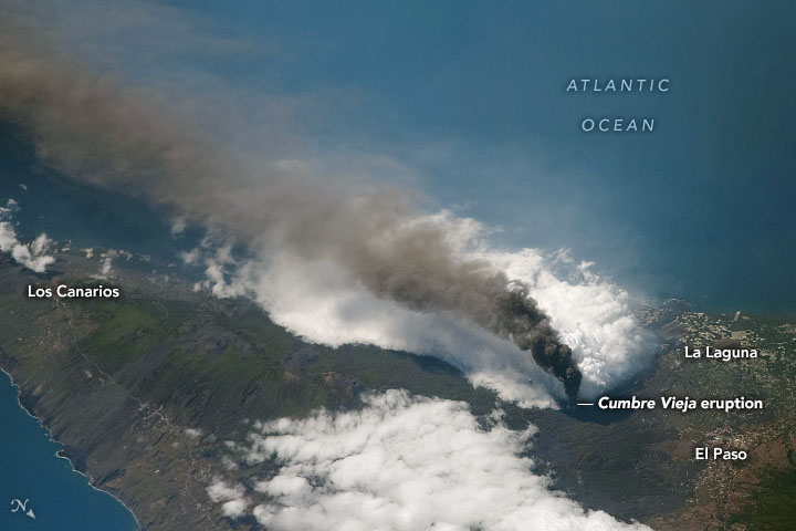 Today's Image of the Day from NASA Earth Observatory features a glimpse of the ongoing Cumbre Vieja volcano eruption on La Palma in the Canary Islands
